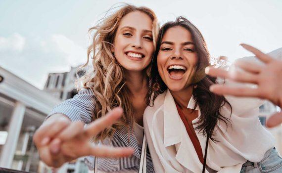 """""""A friend is one of the best things you can be and the greatest things you can have."""" Kata-kata Sarah Valdez ini true banget! Sahabat adalah gift yang harus kamu syukuri, tanpa sahabat kamu gak bakal punya orang yang bisa diajak nangis atau ketawa bareng. Persahabatan bisa awet karena adanya kesamaan dan kenyamanan berinteraksi. Tapi, bukan berarti bebas dari konflik ya, Gaes. Nah, supaya persahabatan kamu bebas dari pertengkaran dan konflik. Ikutin cara ini aja! 1. Rajin pasang kuping buat dengerin Menjaga persahabatan supaya bebas dari konflik kuncinya komunikasi. Komunikasi yang baik bikin hubungan persahabatanmu baik juga. Makanya kamu harus rajin pasang kuping buat dengerin apa yang sebetulnya sedang dia rasakan, hal ini berlaku mutual ya, Gaes. Karena masalah bisa aja timbul karena kamu gak bisa dengerin dia atau ada miskom. Sahabat kamu pasti seneng banget kalo kamu bisa jadi pendengar yang baik. 2. Gak boleh egois Hubungan sahabat gak bakal lama kalo kamu terus-terusan negedepain ego tanpa mikir perasaan sahabatmu. Egois, sifat ini bakal melahirkan banyak masalah dan konflik ke depannya. Ingat, gak semua hal harus berfokus sama kamu. Kadang kamu juga perlu berkorban buat sahabatmu healthy friendship itu waktu kamu saling tolong menolong waktu ngadepin masalah. 3. Saling menghormati dan menghargai Waktu kamu bisa menghargai sahabatmu sendiri, hubungan ini bakal terus terjaga dalam waktu yang lama. Tapi kalo kamu sering ngelukain perasaannya, maka kamu gak bisa menghargai sahabatmu. Contoh paling simple adalah menghargai perbedaan diri. Kamu dan dia adalah sosok yang beda, Gaes. Pahami hal ini dan biasain, supaya kamu bisa ngerti indahnya perbedaan dalam persahabatan. 4. Jangan suka buka rahasia Jangan nyeritain rahasia sahabatmu sama temen lain! Ketika sahabatmu nyeritain tentang rahasianya, dia udah anggap kamu orang yang bisa dipercaya. Makanya jangan ngerusak kepercayaan yang sudah dia kasih ke kamu. Hargai rahasianya, kalo kamu sampai cerita ke orang lain"""