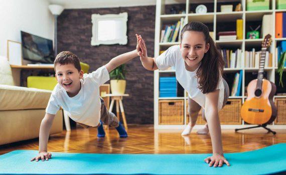 Kalo denger kata olahraga, kebanyakan selalu dikaitin sama nurunin berat badan. Well, emang sih olahraga bisa bantu kamu nurunin berat badan, tapi ternyata manfaat olahraga lebih dari itu, Gaes! Rutin olahraga bisa jaga kesehatan mental dan jiwa. Mengingat selama pandemi ini gaya hidupmu udah berubah, kalo stres nggak bisa traveling, sekolah kudu di rumah, bahkan cari hiburan pun juga di rumah aja. Aktivitas yang serba terbatas ini bikin banyak orang rentan stres dan gangguan mental. Buat pencerahan, baca yuk 8 manfaat olahraga teratur selama pandemi ini! 1. Ngurangin Stres Dengan rutin olahraga, kadar stres bisa berkurang. Soalnya selama olahraga peningkatan detak jantung bisa mencegah kerusakan otak akibat stres dengan merangsang produksi hormon norepinefrin dan nurunin kadar hormon kortisol yang bikin stres. Aktivitas olahraga juga bikin sistem saraf simpatik tubuh bisa komunikasi satu sama lain. So, kemampuan tubuhmu buat ngatasin stres jadi meningkat. 2. Ngatasin Depresi dan Kecemasan Aktivitas fisik ningkatin kadar endorfin, hormon bahagia yang diproduksi otak dan sumsum tulang. Ini yang bisa bikin olahraga sebagai salah satu terapi depresi dan kecemasan. Kata dokter, pasien depresi diminta buat rutin olahraga sebelum pindah ke penggunaan obat. 3. Ningkatin Mood Ngelakuin kegiatan olahraga seperti gym atau jalan cepat bisa bantu ningkatin mood. Soalnya aktivitas fisik merangsang berbagai zat kimia otak yang bisa bikin kamu jadi lebih bahagia, rileks, dan gak terlalu cemas. Makanya tiap abis olahraga #MoodJadiOk. 4. Ningkatin Fungsi Otak Olahraga bisa ningkatin zat kimia di otak, brain-derived neurotrophic factor (BDNF) yang bisa merangsang pertumbuhan sel otak baru. Mau itu olahraga aerobic atau body weight bisa ningkatin fungsi otak yang juga berpengaruh sama kesehatan mental kamu, Gaes. 5. Bikin Lebih Pede Orang bilang rasa pede adalah salah satu kunci mental yang sehat. Makanya punya rasa pede yang tinggi itu penting, Gaes. Supaya kesehatan mentalmu terjami